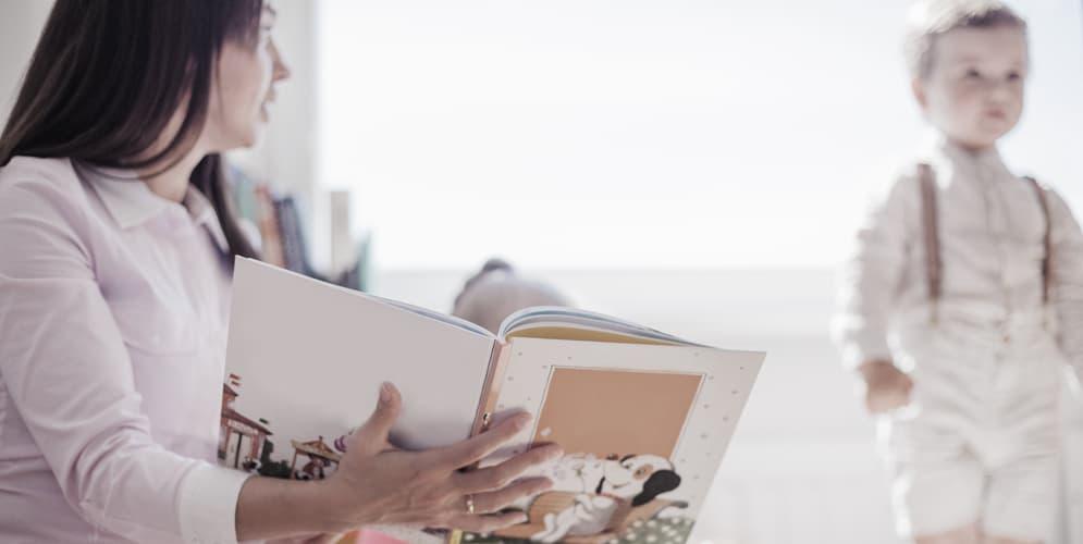 femme qui fait la lecture à un enfant