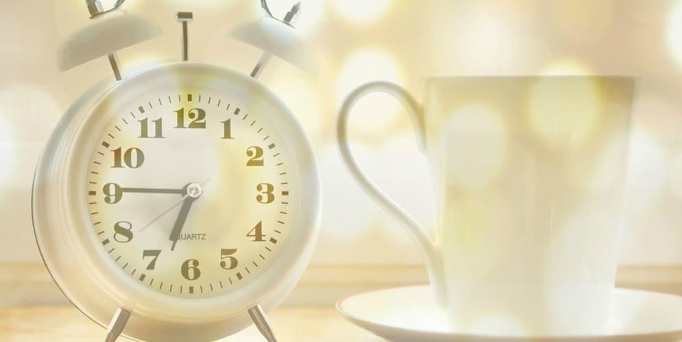 cadran et tasse à café