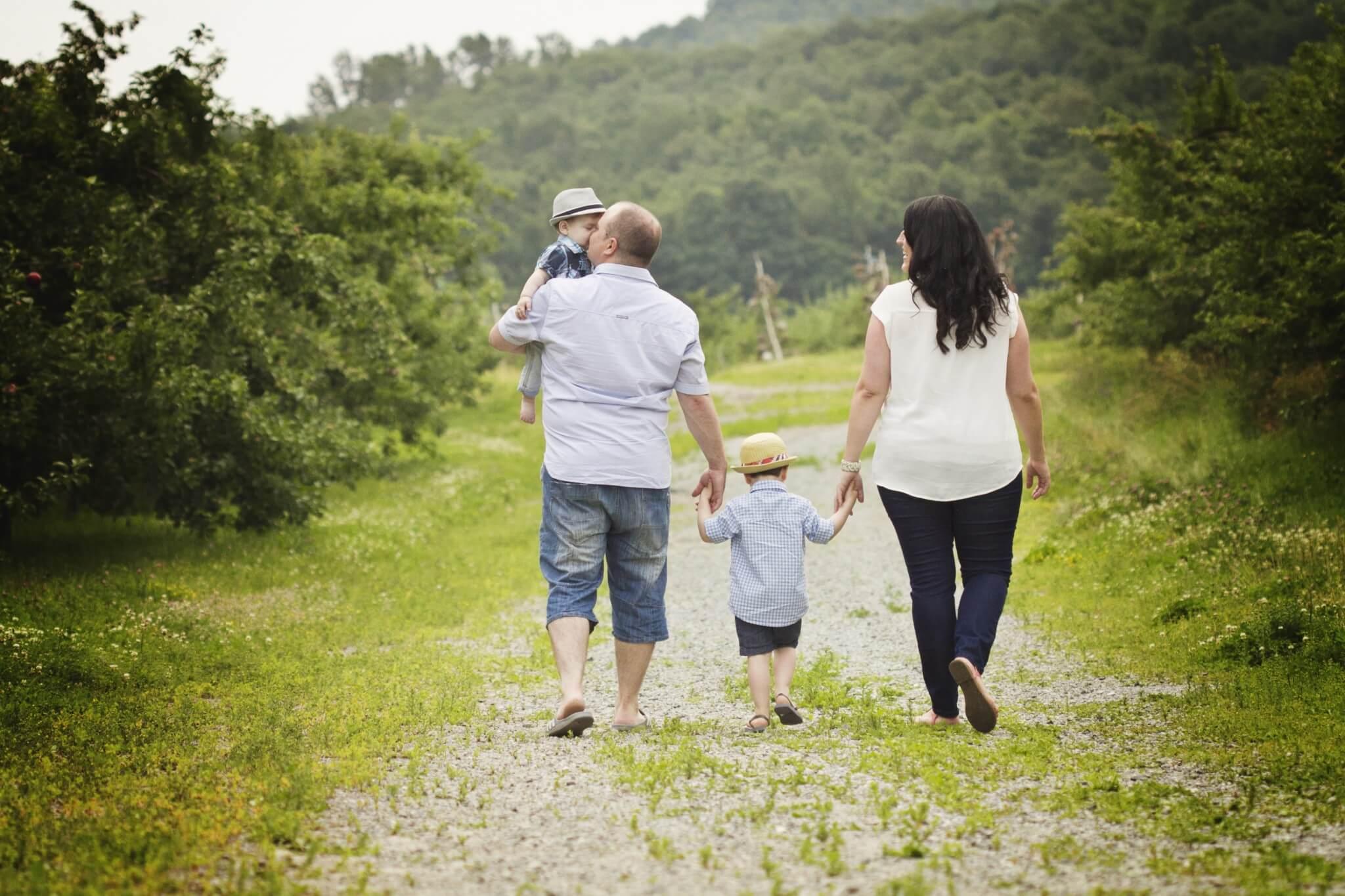 famille heureuse, 3e bébé en route, en 3 ans, blogue agatha