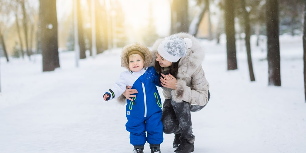 bébé et maman dans la neige