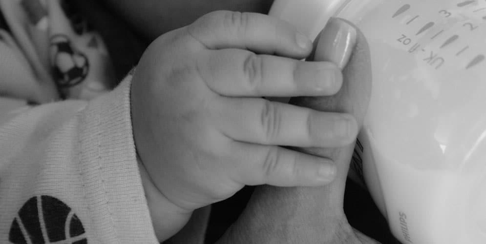 petite mains qui prends un gobelet